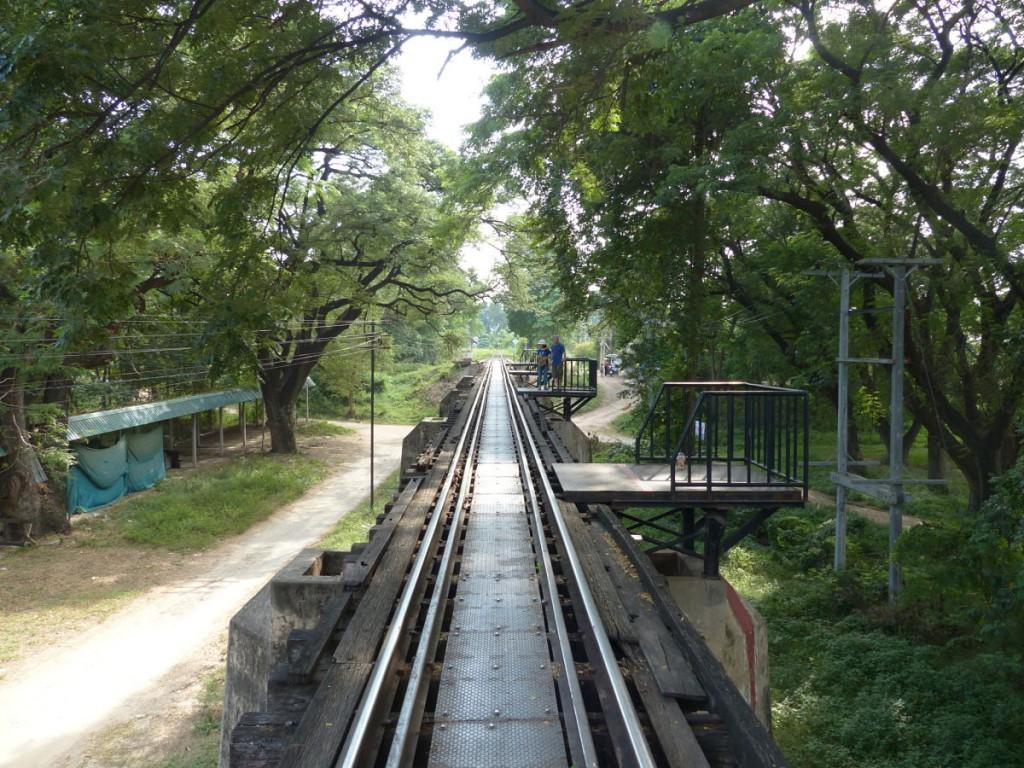 Ferrocarril de la muerte y puente sobre el rio Kwai