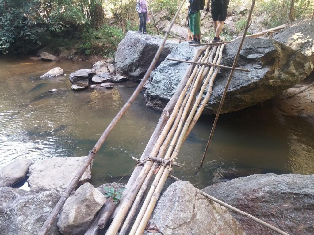 Frágil puente hecho con cañas de bambú