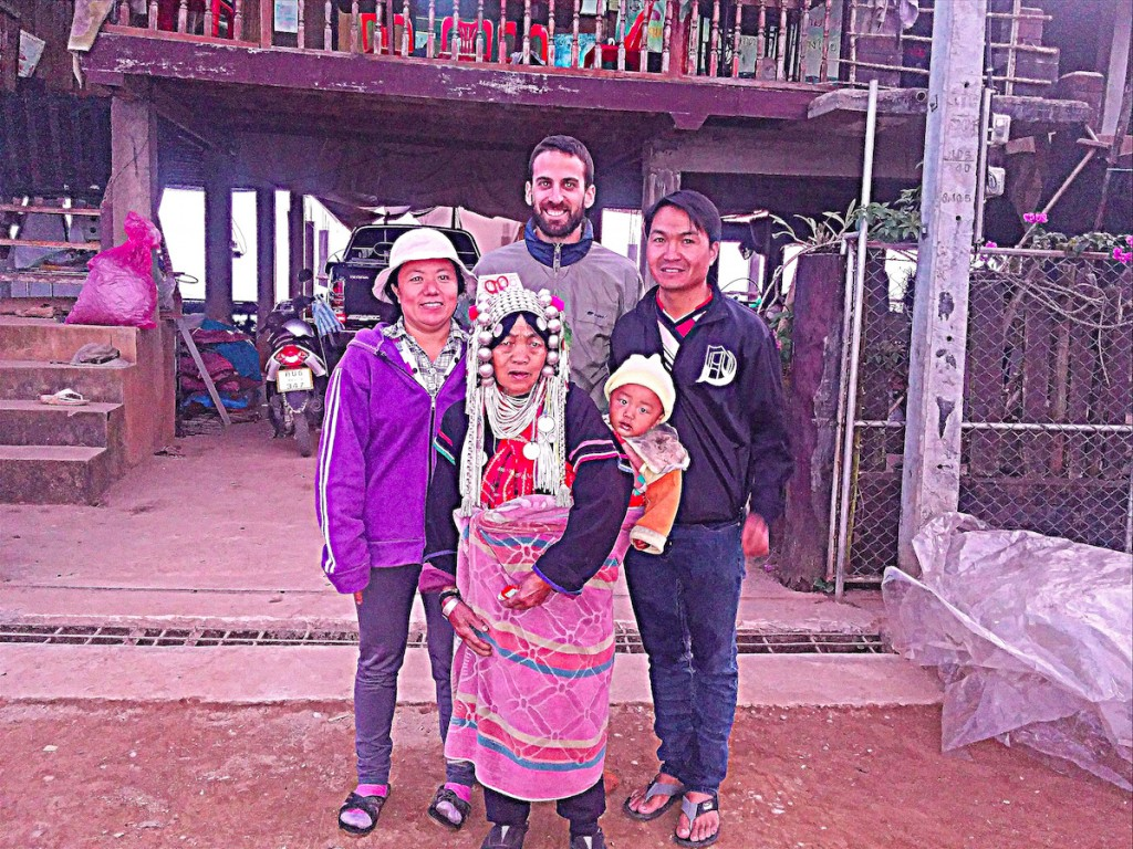 Con la familia Akha que me acogió en su aldea