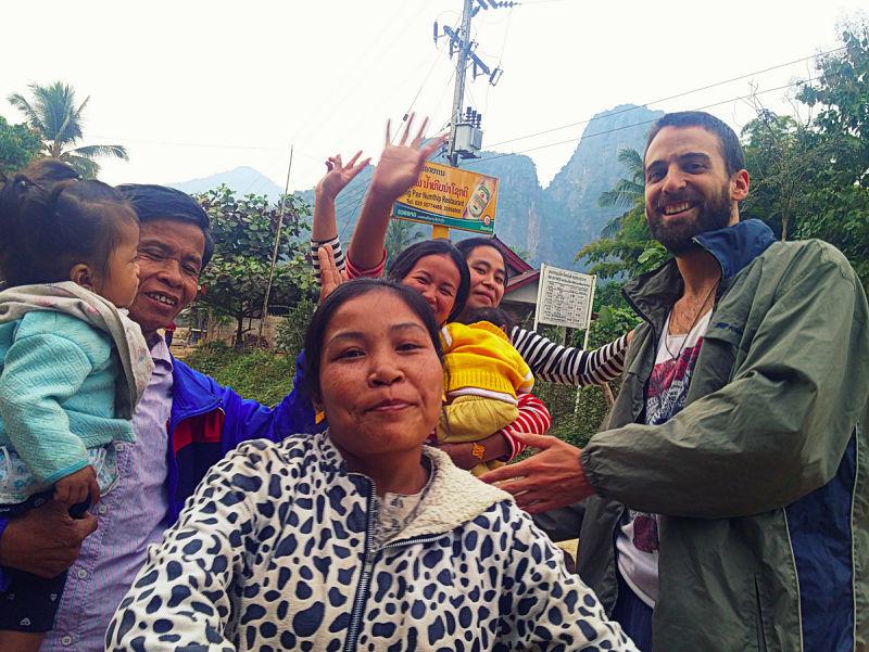 Bailando con los habitantes de la aldea de Pak Ou