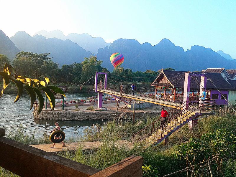 Montaña, tubing y globo en Vang Vieng
