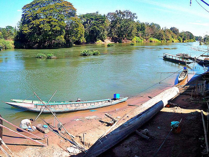 Barcos pesqueros y mujer lavando la ropa, vida rural en Don Det