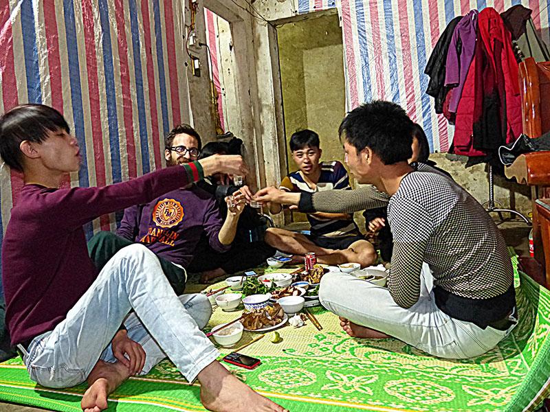 Invitado a cenar por un grupo de locales en Cat Ba